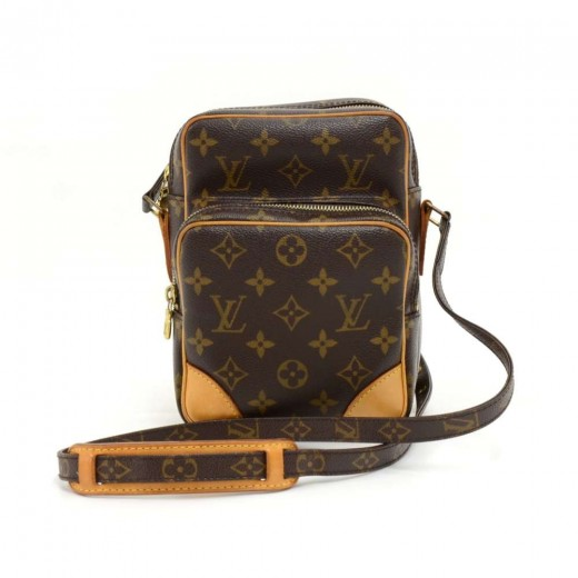 1429d4ce360b LXRandCo guarantees this is an authentic vintage Louis Vuitton Pochette  Bosphore messenger   crossbody bag. This exquisite messenger   crossbody  bag in .